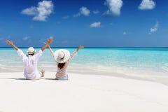 El par de la luna de miel disfruta de su tiempo de vacaciones en una playa tropical fotos de archivo