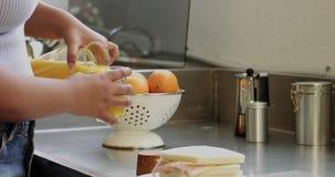 El par de la mujer joven de la raza mixta con el pelo afro desayuna en cocina metrajes
