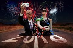 El par de maniquíes toma un selfie que celebran Año Nuevo fotos de archivo libres de regalías