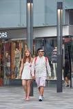 El par de moda camina en el área de compras del pueblo, Pekín, China Foto de archivo libre de regalías