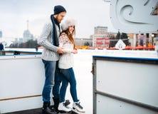 El par del amor se prepara para patinar en la pista Imagen de archivo