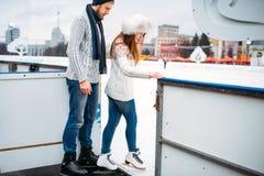 El par del amor se prepara para patinar en la pista Fotografía de archivo libre de regalías