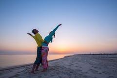 El par despreocupado está abrazando en la playa Foto de archivo libre de regalías