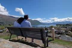 El par disfruta de paisaje hermoso del wanaka en la isla del sur en Nueva Zelanda foto de archivo libre de regalías