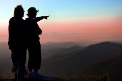 El par disfruta de salida del sol sobre las montañas Blue Ridge en el NC Fotos de archivo