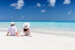 El par disfruta de su tiempo de vacaciones en una playa tropical fotos de archivo