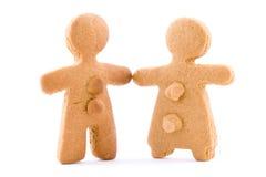 El par, el muchacho y la muchacha del pan de jengibre se apelmaza juntas llevando a cabo las manos fotografía de archivo libre de regalías