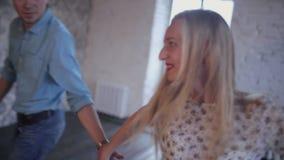El par elegante en amor está aprendiendo bailar en el estudio almacen de metraje de vídeo