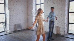 El par elegante en amor está aprendiendo bailar en el estudio almacen de video