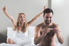 El par emocionado está listo para ser padres Imagen de archivo libre de regalías