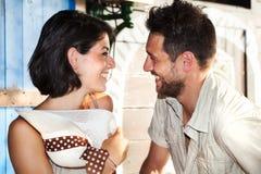 El par en amor bromea en el restaurante por el lago foto de archivo libre de regalías