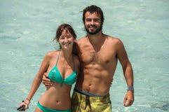 El par en amor en la turquesa riega, isla tropical de San Andres, Imagenes de archivo