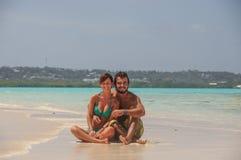 El par en amor en la turquesa riega, isla tropical de San Andres, Fotos de archivo libres de regalías