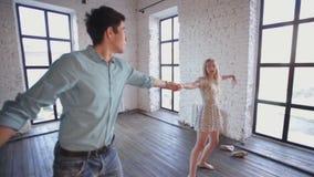 El par en amor está aprendiendo bailar en el estudio almacen de video