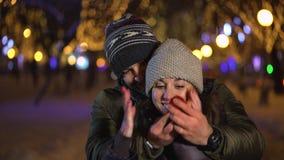 El par en amor, hombre asombrosamente su socio con el anillo de compromiso, hombre joven propone matrimonio a su hermoso metrajes