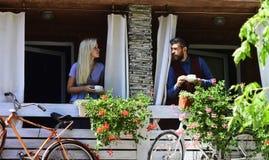 El par en amor sostiene las tazas de café afuera Imagen de archivo