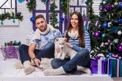 El par en amor en una terraza blanca se sienta en el oscilación al lado de un Ch Fotografía de archivo libre de regalías