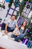 El par en amor en una terraza blanca se sienta en el oscilación al lado de un Ch Imagen de archivo libre de regalías