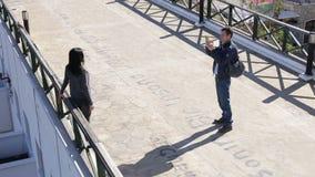 El par en hombre feliz del amor fotografía las aplicaciones activas de la mujer un smartphone almacen de metraje de vídeo