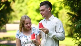 El par está comiendo la sandía almacen de metraje de vídeo