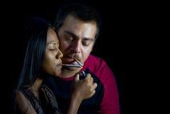 El par está encendiendo sus cigarrillos Imagenes de archivo