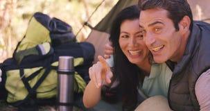 El par está hablando junto almacen de metraje de vídeo
