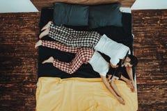 El par está imitando a buceadores en agua en cama imagen de archivo libre de regalías