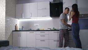 El par feliz aprende sobre embarazo temprano almacen de metraje de vídeo