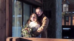 El par feliz celebra día del ` s de la tarjeta del día de San Valentín en la cabaña metrajes