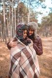 El par feliz en bosque el individuo abraza cuidadosamente a la muchacha outdoors imágenes de archivo libres de regalías