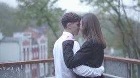 El par feliz está bailando en el balcón almacen de metraje de vídeo