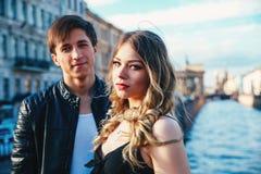 El par feliz está pasando días de fiesta de las vacaciones en St Petersburg Ambos parecen realmente felices Están dando un paseo  Fotografía de archivo