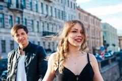 El par feliz está pasando días de fiesta de las vacaciones en St Petersburg Ambos parecen realmente felices Están dando un paseo  Imagen de archivo