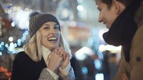 El par feliz joven en el amor que disfruta de tiempo durante la tarde se enciende en una ciudad almacen de metraje de vídeo