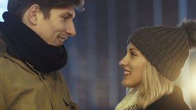 El par feliz joven en el amor que disfruta de tiempo durante la tarde se enciende en una ciudad almacen de video