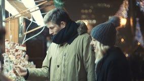 El par feliz joven en el amor que disfruta de tiempo durante la tarde se enciende en una ciudad metrajes