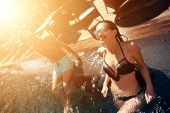 El par feliz joven está descansando debajo del sol en piscina en el tiempo de verano imágenes de archivo libres de regalías