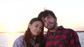 El par feliz joven goza el pasar del tiempo al aire libre junto almacen de metraje de vídeo