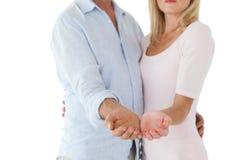 El par feliz que se sostiene su distribuye Fotos de archivo