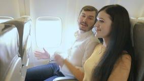 El par feliz se prepara al vuelo en el avión metrajes