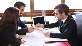 El par firma un contrato