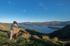 El par goza del borde hermoso del cráter de Port Hills cerca de Christchurch en Nueva Zelanda imágenes de archivo libres de regalías