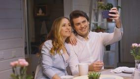 El par hace Selfie que sienta en casa la tabla de cena almacen de video