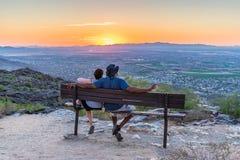 El par interracial mira puesta del sol imágenes de archivo libres de regalías