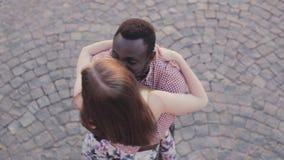 El par interracial se encuentra y abraza metrajes