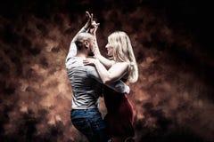 El par joven baila la salsa del Caribe Fotos de archivo