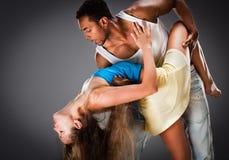El par joven baila la salsa del Caribe fotografía de archivo