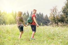 El par joven camina al aire libre fotografía de archivo