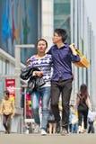 El par joven camina en el área comercial de Xidan, Pekín, China Imagen de archivo libre de regalías