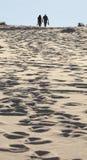 El par joven camina en la duna de arena. Bahía de Fingal. Puerto Stephens. Aust imágenes de archivo libres de regalías